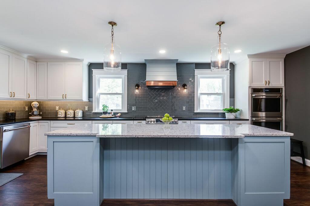 Blue kitchen in Warrenton island - Golden Rule Builders - Kitchen remodeling / Renovation